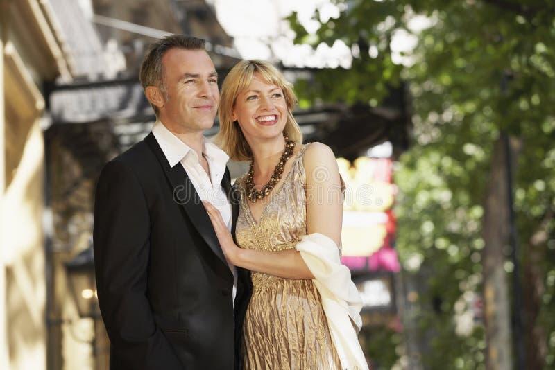 Elegant Midden Oud Paar op de straat van Londen royalty-vrije stock afbeelding