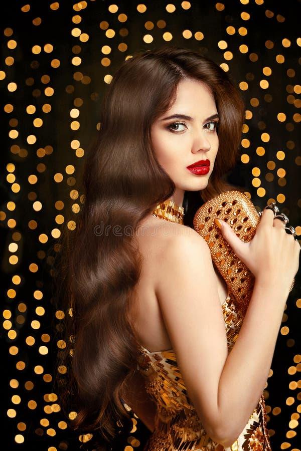 Elegant modebrunettkvinna Stil för krabbt hår Röd kantmakeup arkivbilder