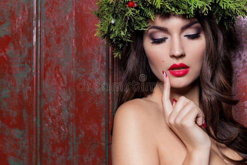 Elegant modekvinna för jul Frisyr och makeup för nytt år för Xmas Ursnygg Vogue stildam med julpynt på henne royaltyfri fotografi