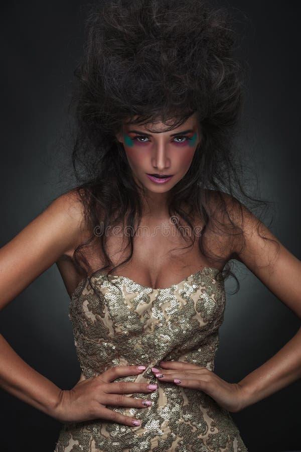 Elegant modekvinna som ser kameran royaltyfri fotografi