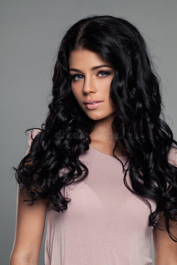Elegant modell för brunettkvinnamode royaltyfria foton