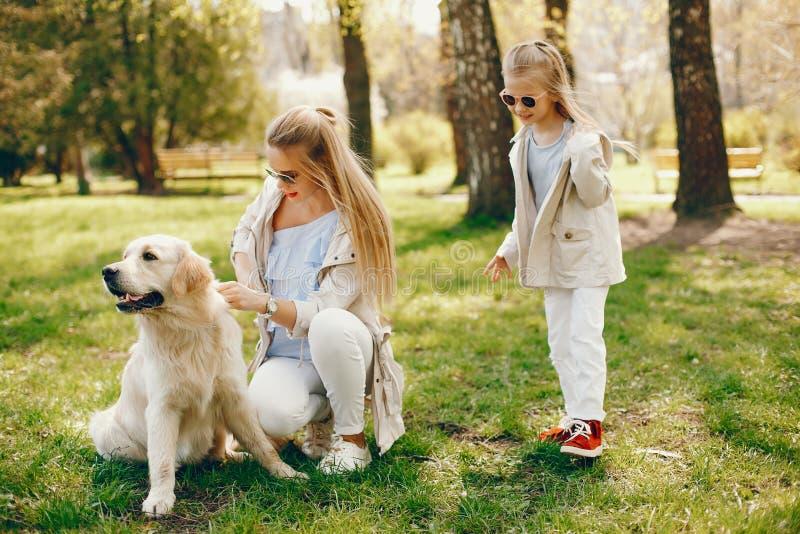 Elegant moder med den gulliga dottern arkivbild