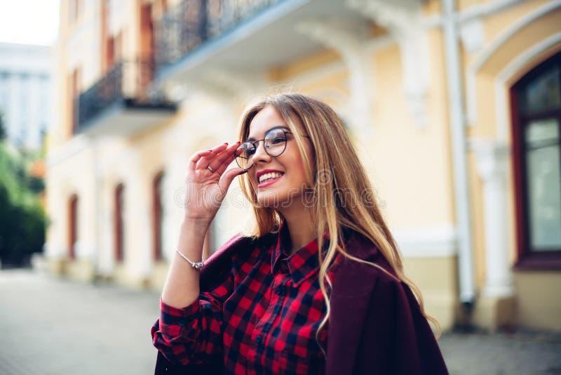 Elegant moderiktig dräktCloseup av armbandsuret på handen av den stilfulla kvinnan Trendig flicka på gatan Kvinnligt dana royaltyfria bilder