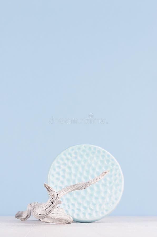Elegant modern huisdecor van geribbelde schotel van de decoratie de vlotte ceramische cirkel en oud droog takje op witte houten l stock fotografie