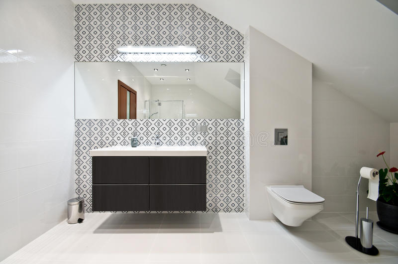 Elegant modernt vitt badrum arkivfoton