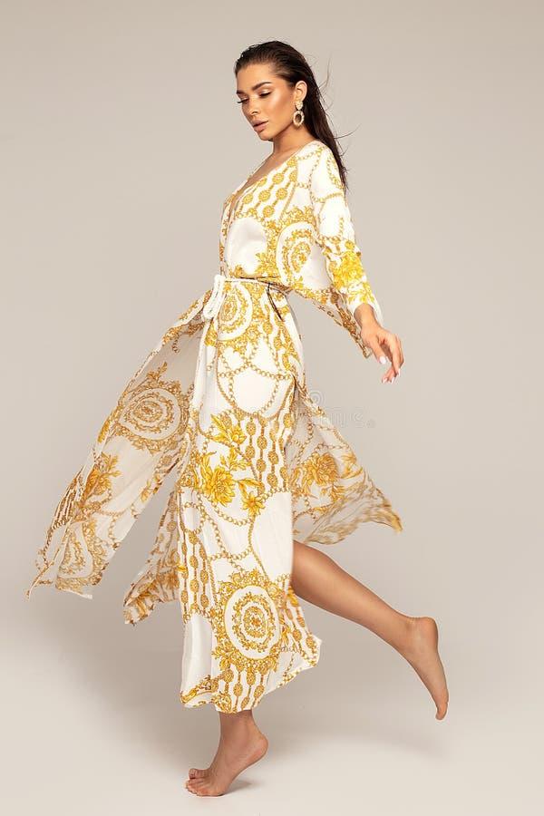 elegant modest?endekvinna royaltyfria foton