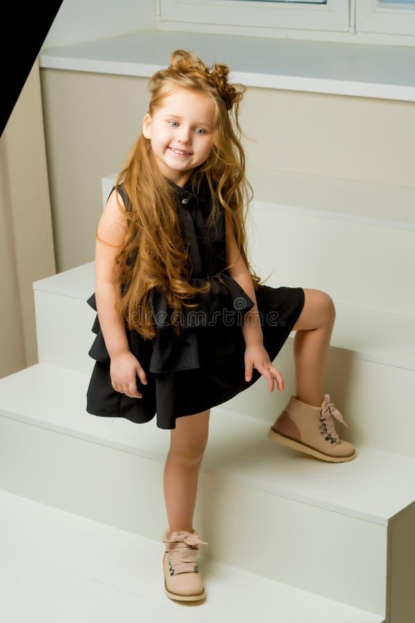 Elegant, mooi meisje in een kleding In de volledige groei royalty-vrije stock afbeelding