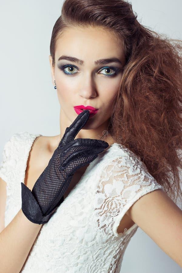 Elegant mooi meisje in zwarte handschoenen, met helder make-up en haar, rode lip stock foto's