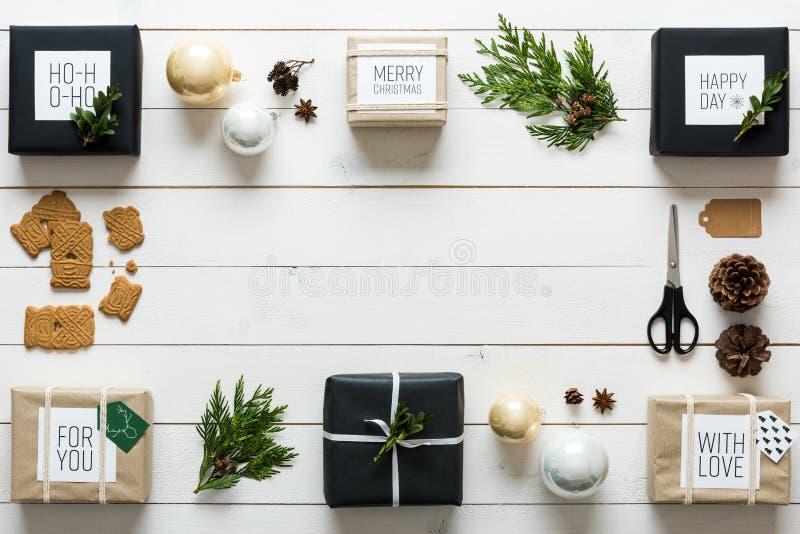 Elegant nordisk retro jul som slår in stationen, skrivbordsikt från över fotografering för bildbyråer