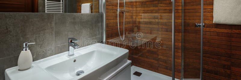 Elegant och modernt badrum arkivfoton
