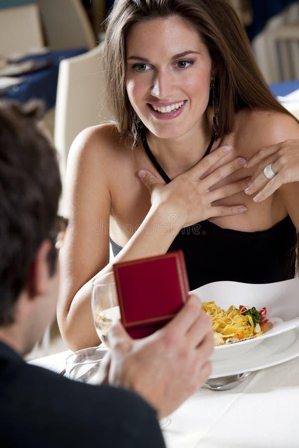 Elegant Paar bij het Restaurant royalty-vrije stock fotografie