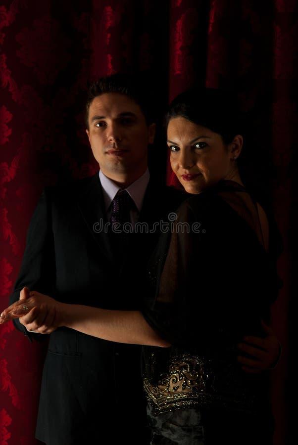 Elegant paar dat in nacht danst stock fotografie