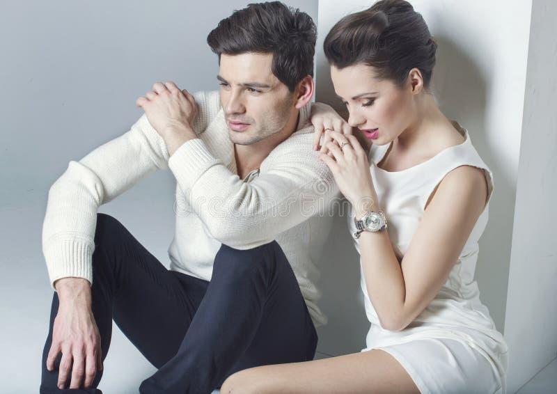 Elegant paar die een onderbreking hebben stock foto's