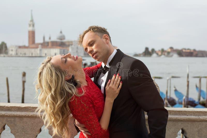 Elegant paar die passionately kussen royalty-vrije stock foto's