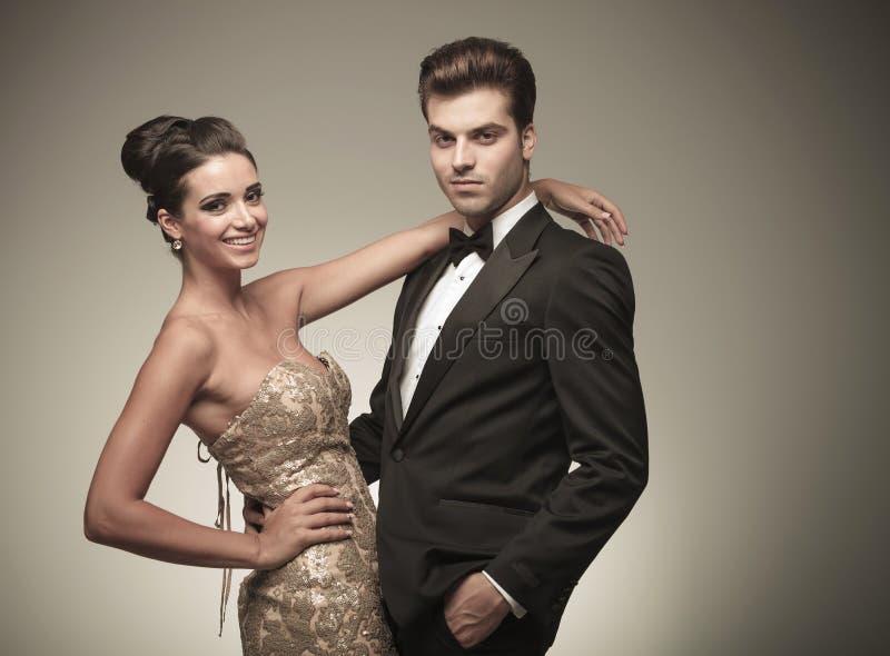 Elegant paar die terwijl het glimlachen embraing royalty-vrije stock foto