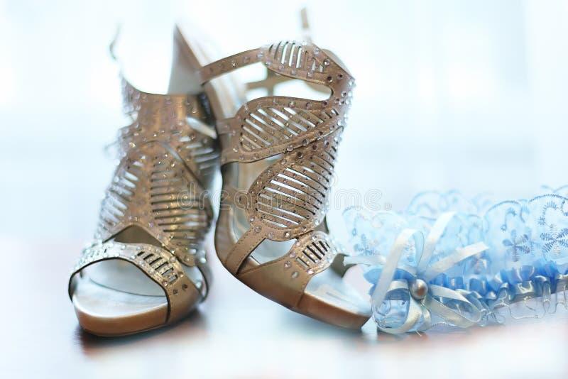 Elegant paar grijze bruids schoenen royalty-vrije stock afbeeldingen