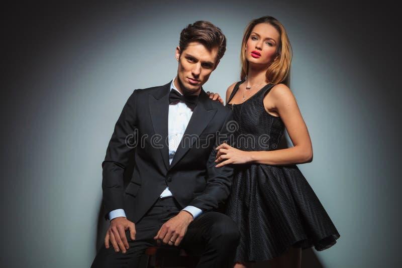 Elegant paar in het zwarte stellen in studio stock foto