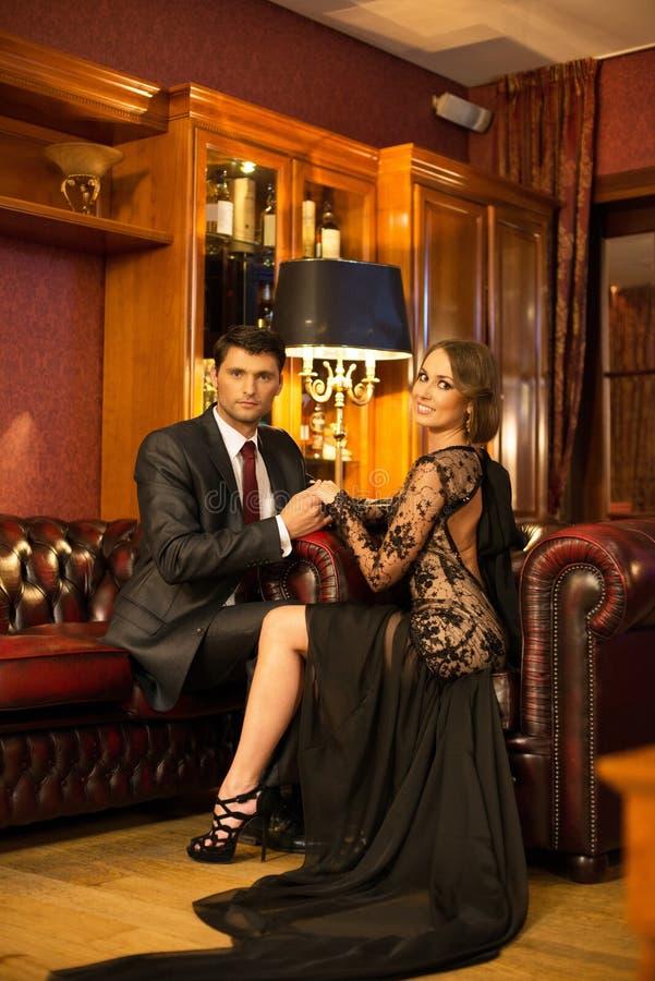 Elegant paar in luxekabinet royalty-vrije stock afbeeldingen