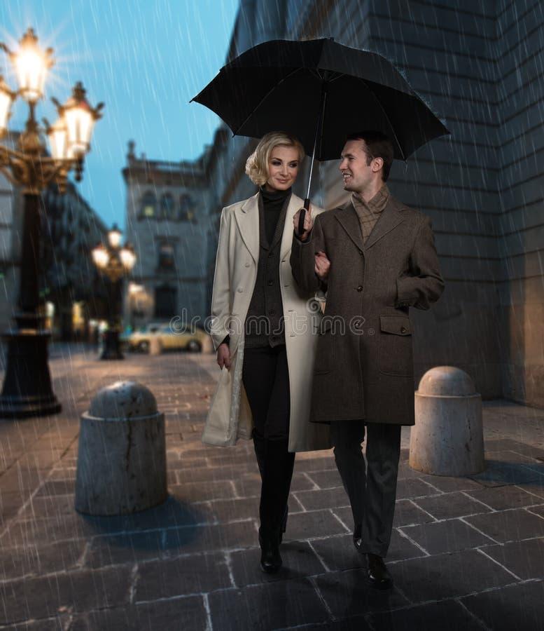 Elegant paar in openlucht royalty-vrije stock afbeelding