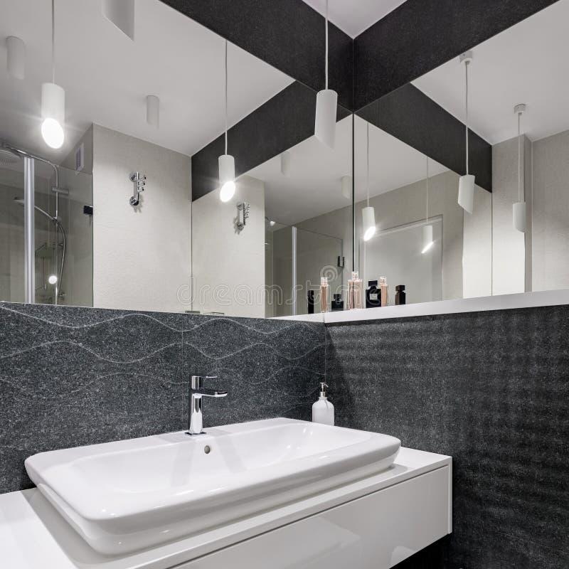 Elegant planlagt svartvitt badrum arkivfoto