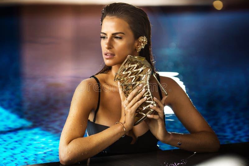 Elegant posera för brunettdam arkivfoton