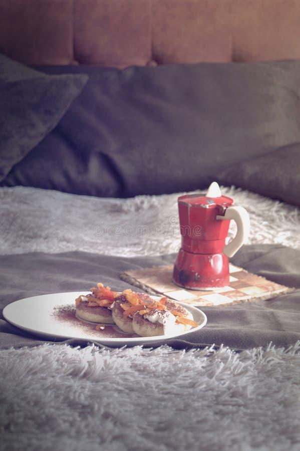 Elegant sammansättning för stilleben med mat- och kaffebeståndsdelar fotografering för bildbyråer