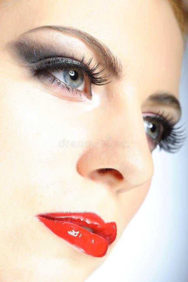elegant schoonheids vrouwelijk gezicht met rode glanzende lippen royalty-vrije stock foto's