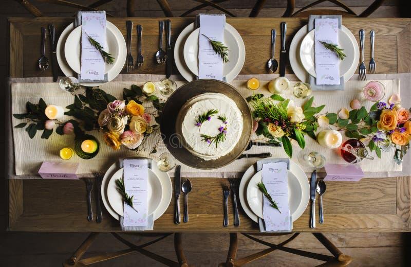 Elegant service för restaurangtabellinställning för mottagande med menyn royaltyfri foto
