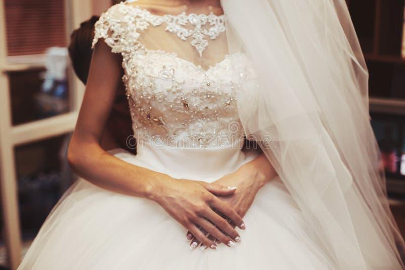 Elegant sexig brud i den vita klänningen för tappning som förbereder sig för att gifta sig royaltyfria foton