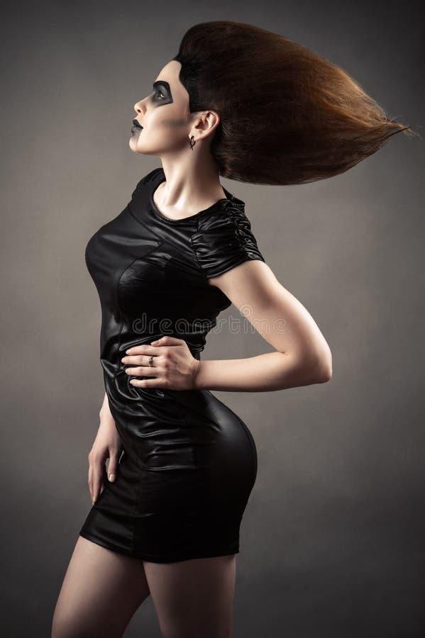 Elegant sexig kvinna med frodigt hår royaltyfri bild