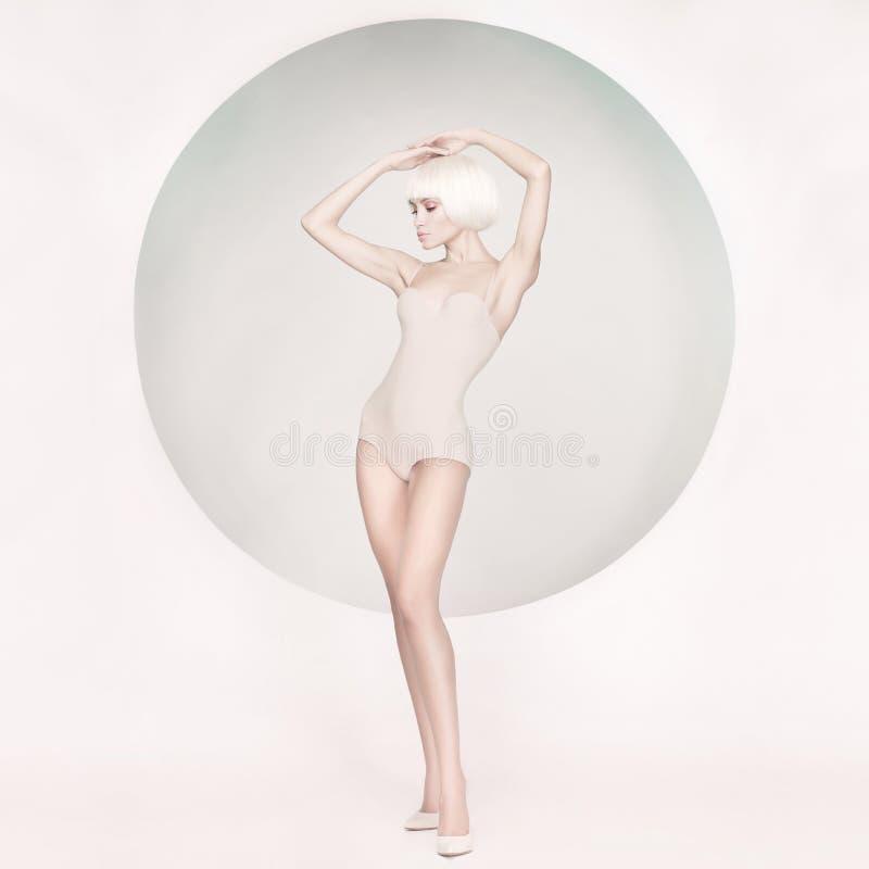 Elegant sinnlig kvinna på geometrisk bakgrund fotografering för bildbyråer