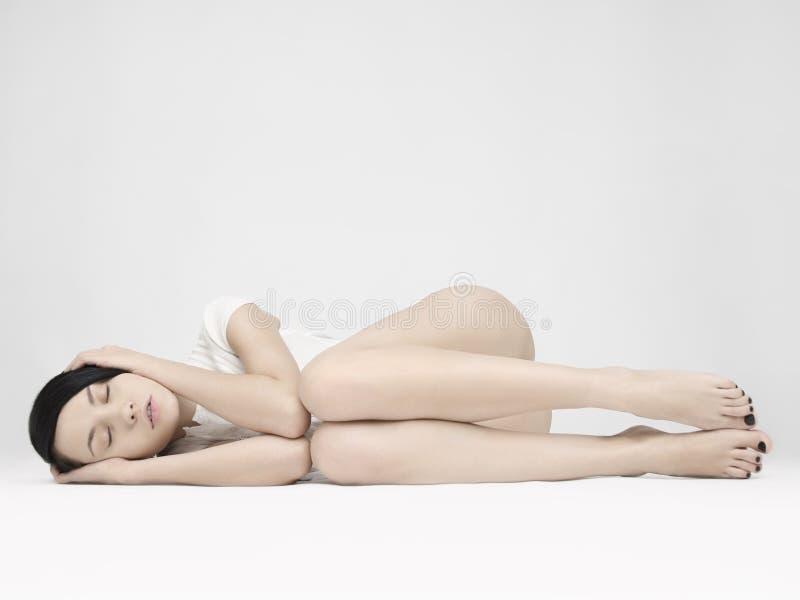 Elegant sittande dam arkivfoto