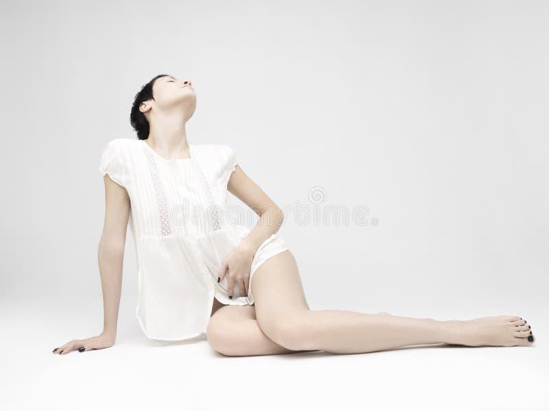 Elegant sittande dam royaltyfri fotografi