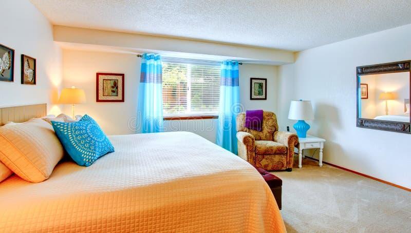 Elegant slaapkamerbinnenland met blauw element stock afbeeldingen