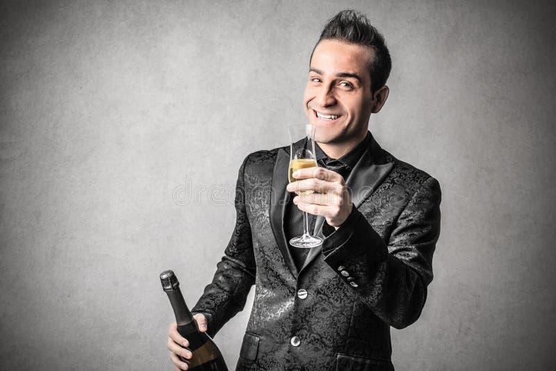 Elegant smart man med en flaska av vin arkivbilder
