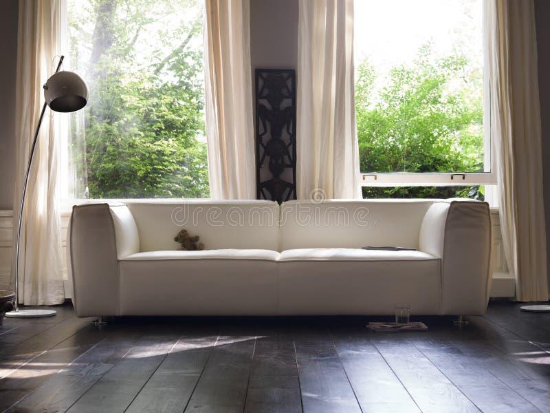 Elegant soffa för ett fönster royaltyfri fotografi