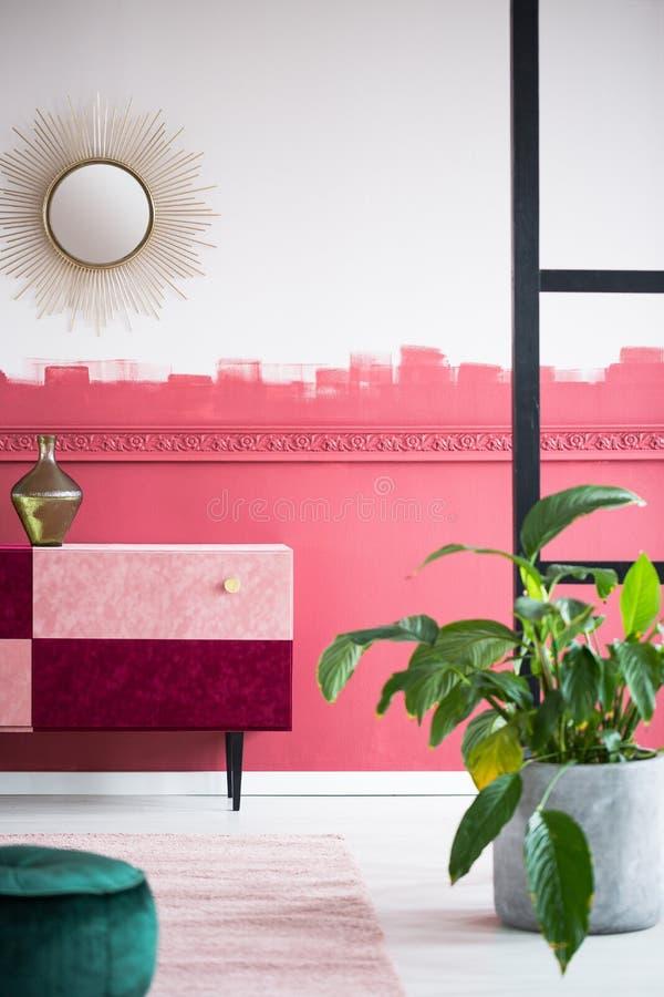 Elegant solform som spegeln på den vita och röda väggen royaltyfria foton