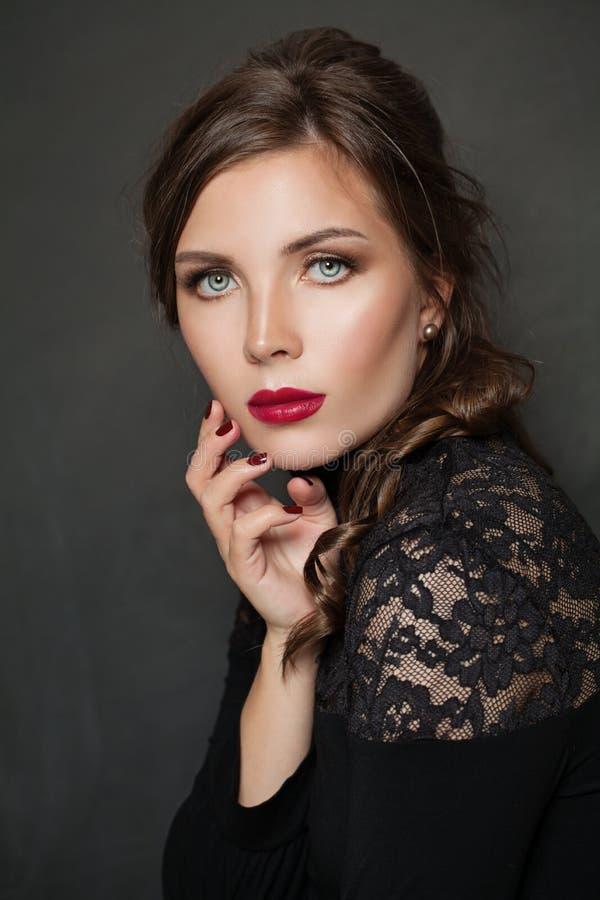elegant st?endekvinna Härlig kvinnlig framsida med röd kantmakeup på svart bakgrund royaltyfri foto