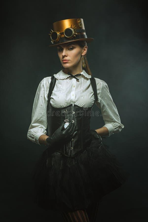 Elegant steampunkflicka med klockan arkivfoton