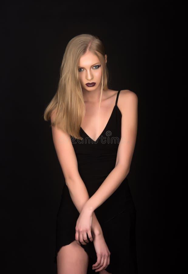 Elegant stil av den sinnliga flickan Sexig kvinna med blont hår som isoleras på svart Frisör och skönhetsalong Mode royaltyfria foton