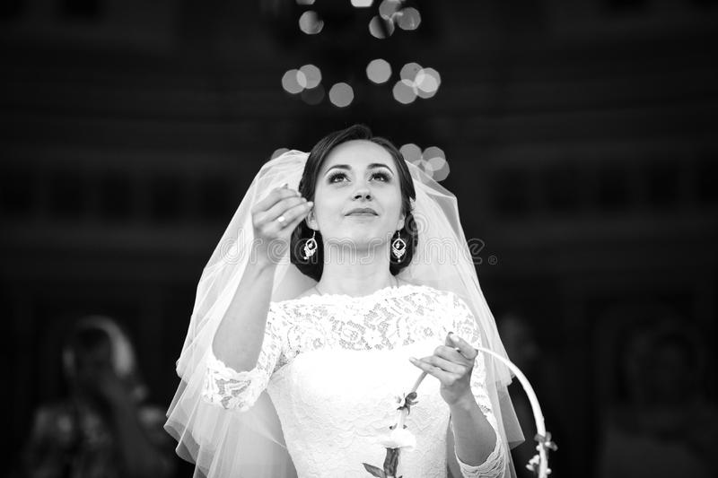 Elegant stilfull brud som kastar godisar på bakgrunden av gammalt royaltyfri fotografi