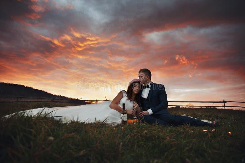 Elegant stilfull lycklig brunettbrud och ursnygg brudgum på set fotografering för bildbyråer