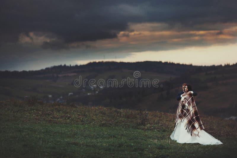 Elegant stilfull lycklig brunettbrud och ursnygg brudgum på set arkivbilder
