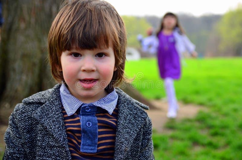Elegant stiligt pojkeleende arkivfoto
