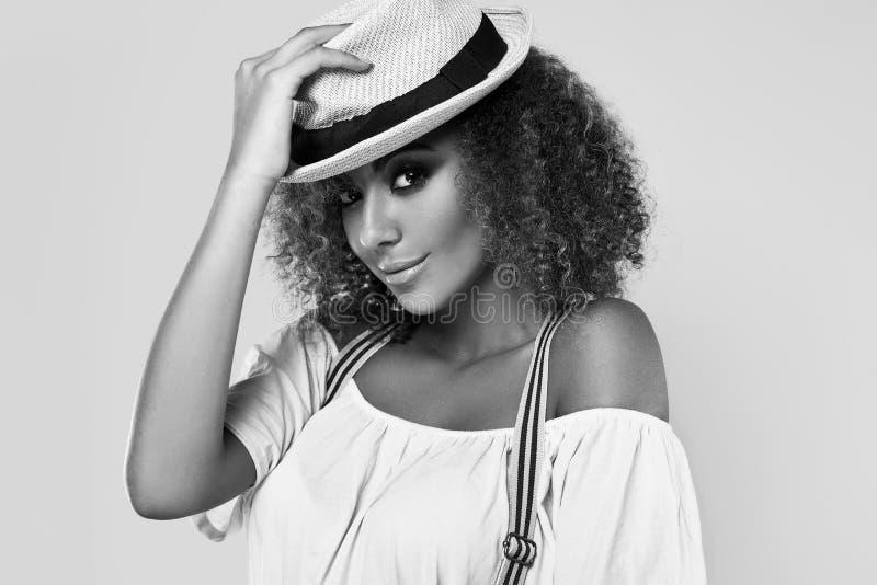 Elegant svart hippy kvinnamodell för glamour med lockigt hår arkivbild
