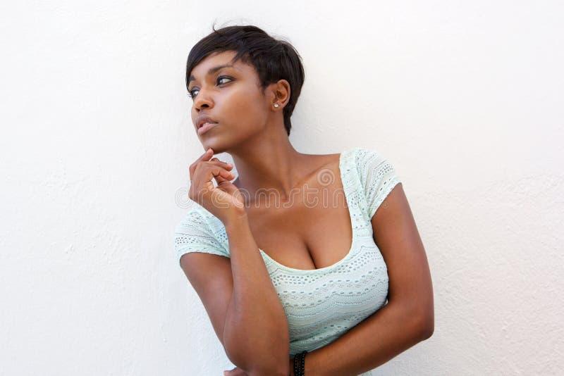 Elegant svart kvinna som poserar mot vit bakgrund fotografering för bildbyråer