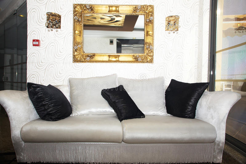 Elegant svartvit soffa royaltyfria bilder