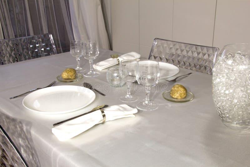 Elegant tabell som förbereds för en romantisk matställe arkivfoton