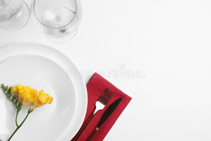 Elegant tabellinställning med freesia, bästa sikt arkivbild