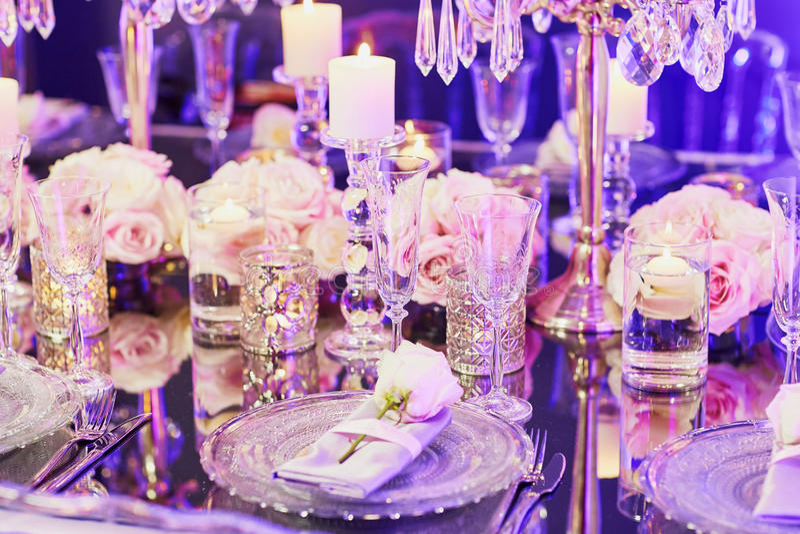 Elegant tabelluppsättning för ett händelseparti- eller bröllopmottagande royaltyfria foton